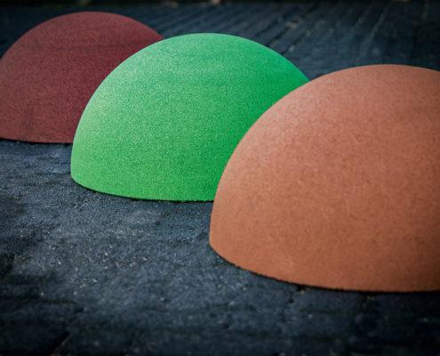 Halbkugeln aus Gummigranulat in verschiedenen Größen und Farben