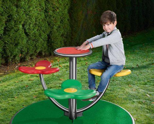 """Karussell """"circulus3"""" mit spielendem Kind"""