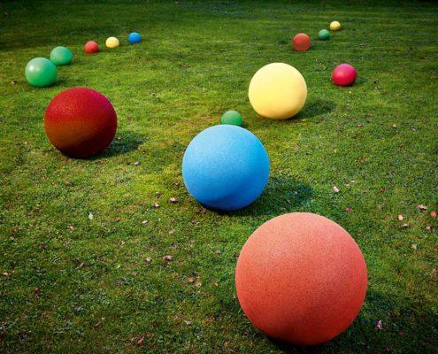 Kugeln aus Gummigranulat in verschiedenen Größen und Farben