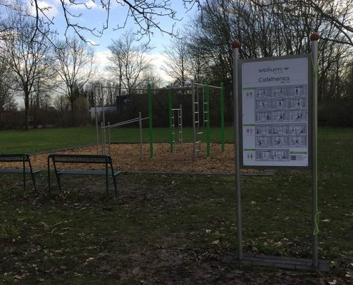 Spielplatz in Meerbusch Calisthenics Anlage mit Beschilderung