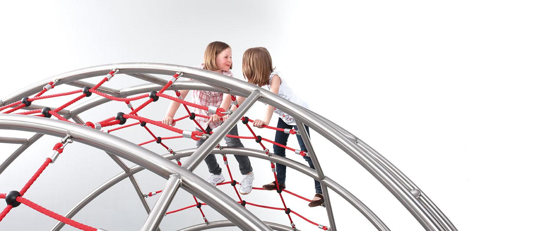 Zwei Kinder auf Klettergerüst collis.
