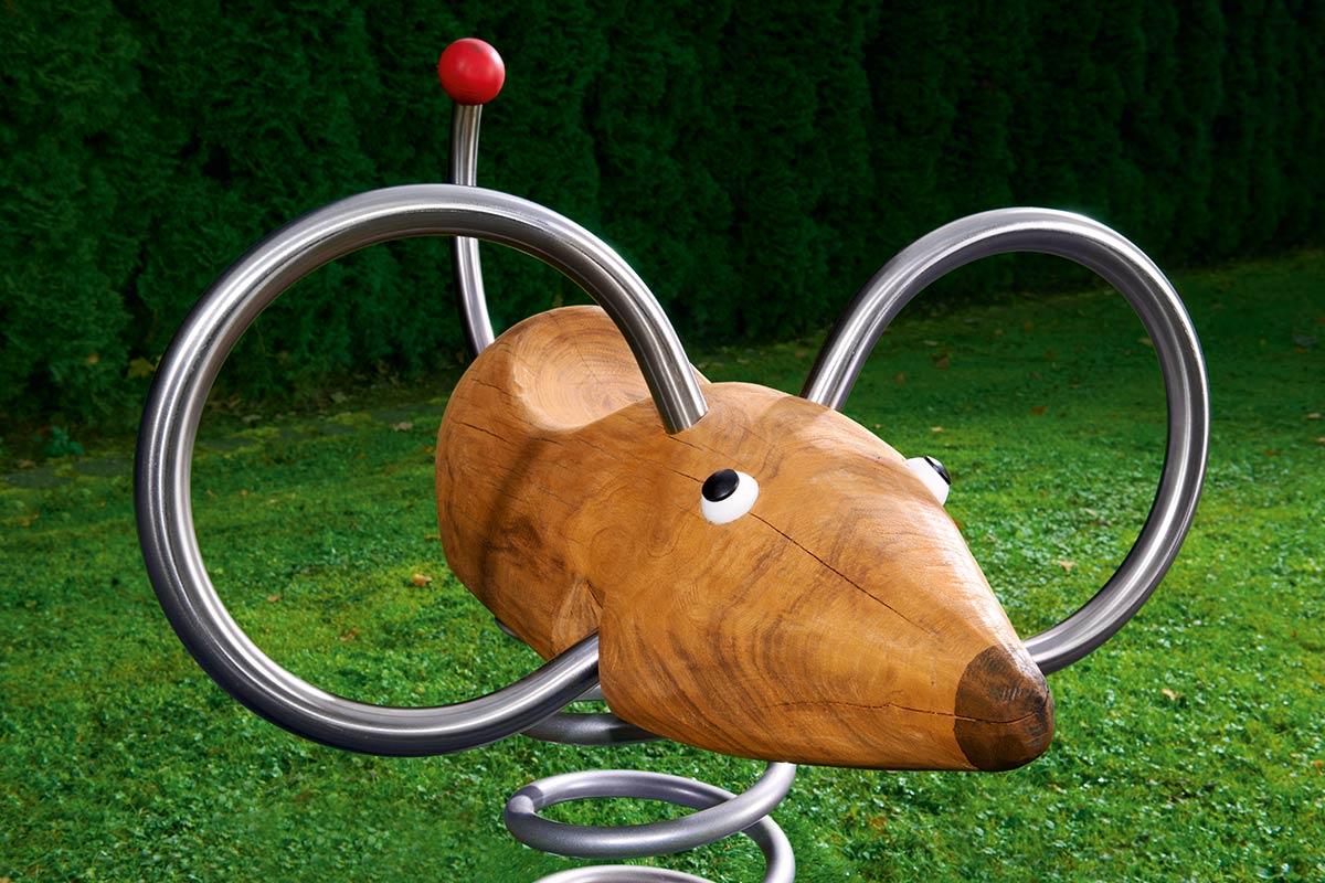 Foto eines Maus-Spielgerätes aus Robinienholz und Edelstahl