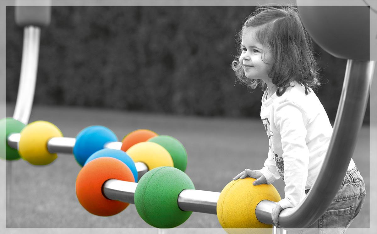Cover des neuen Stilum Play Kataloges mit Spielplatzgerät und spielendem Kind