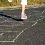 Kind beim Hüpfspiel
