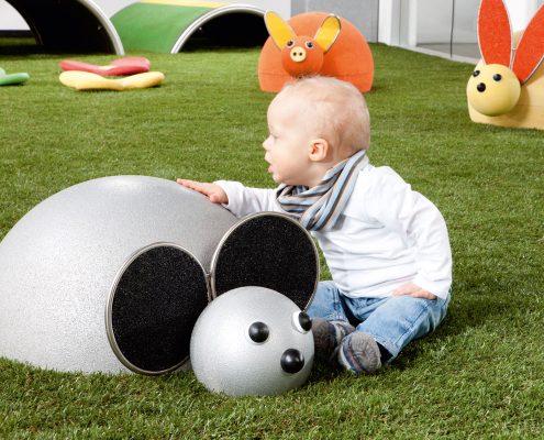 Kleinkindelement Lilly mit Kind in einem Park